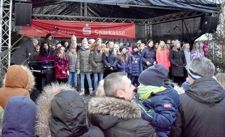 Jahrgangsstufe 5 präsentiert sich auf Christkindlmarkt in Fröndenberg