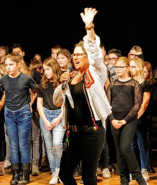 Der 5. Jahrgang präsentiert Piratenmusical vor Grundschülern